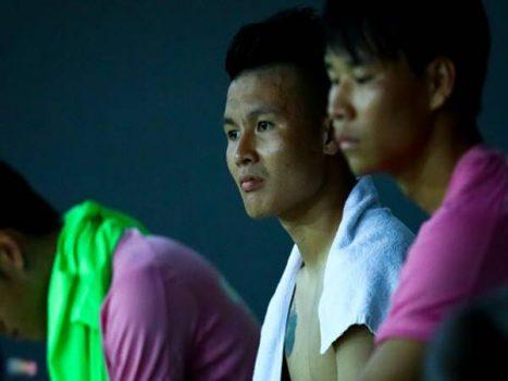 Quang Hải thẫn thờdo trận đấu giao hữu bị hủy do mưa lớn